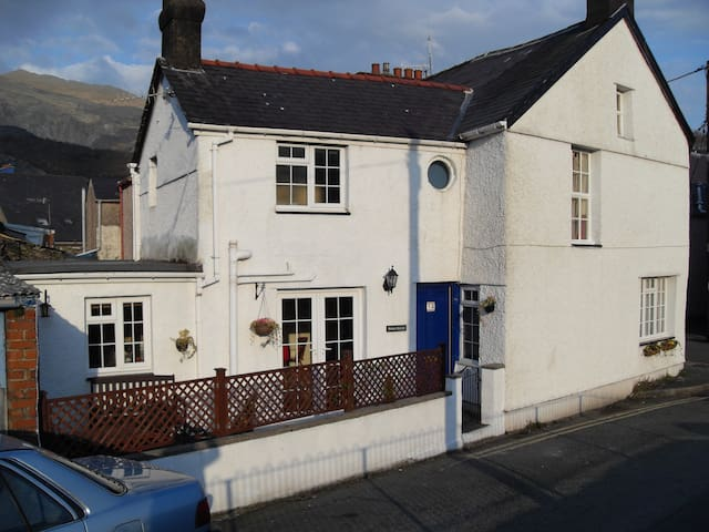 Characterful, end terraced cottage. - Llanberis - House