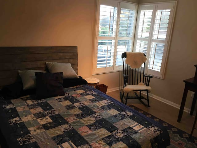 Quiet room Close to racetrack and the beach