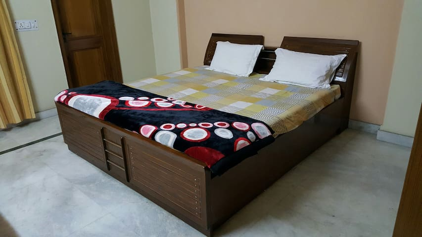 Bedrooms with private bath and other amenities... - Delhi - Bed & Breakfast