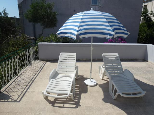 APARTMENT with terrace, beach 2-3 minutes walk