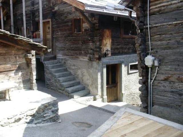 Urchige Wohnung mit Gillsteinofen - Törbel - Wohnung