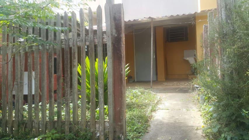 Kitnete com quintal e garagem - Ahu - House