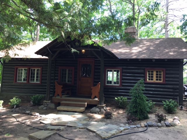 "Little Fox Hollow; a ""Woodsy Elegant"" Log cabin"