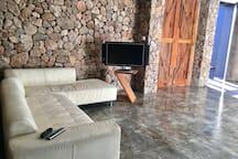 Sala con TV y televisión con cable