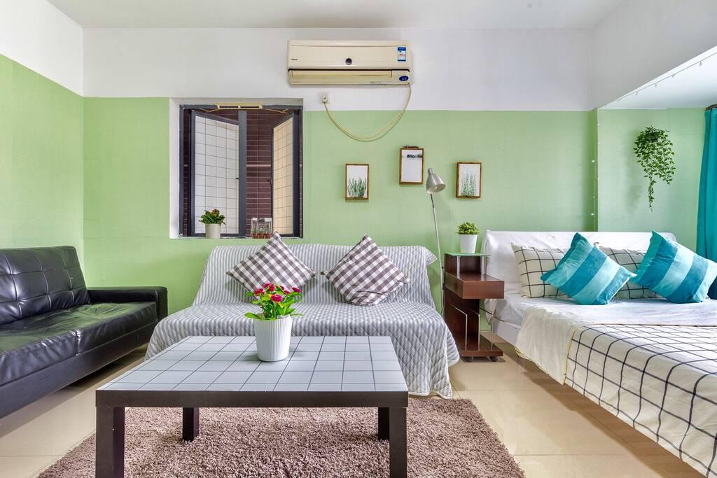 中间放抱枕的沙发可以打开,是一张1.8m大床,供多人需求