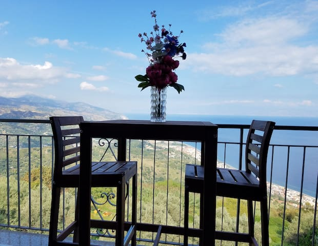NEW Spacious Flat w/AMAZING Views, Taormina 16 km!