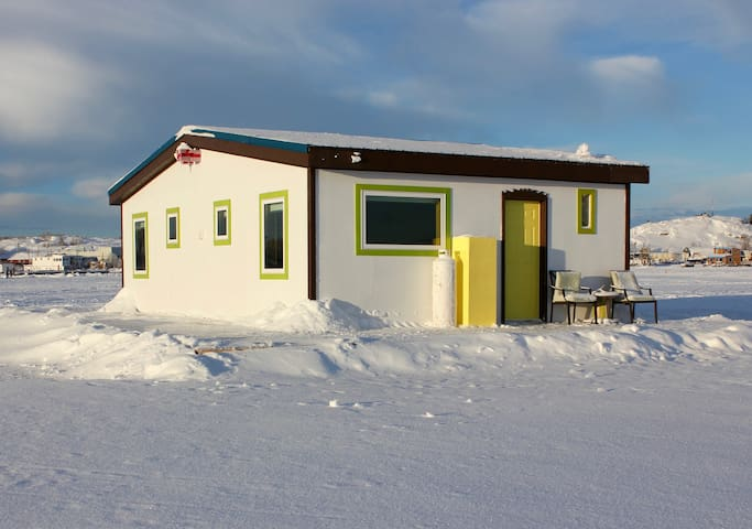 Mo's Houseboat B&B: Sunrise Suite stand alone room - Yellowknife - Bed & Breakfast