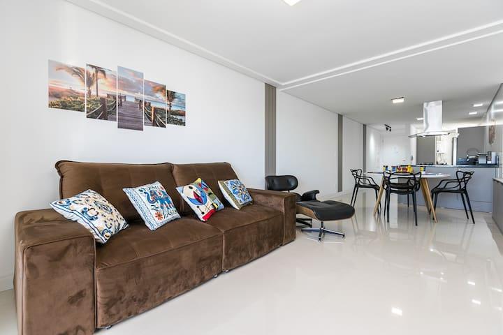 Sala de TV integrada com Sala de jantar e cozinha aos fundos