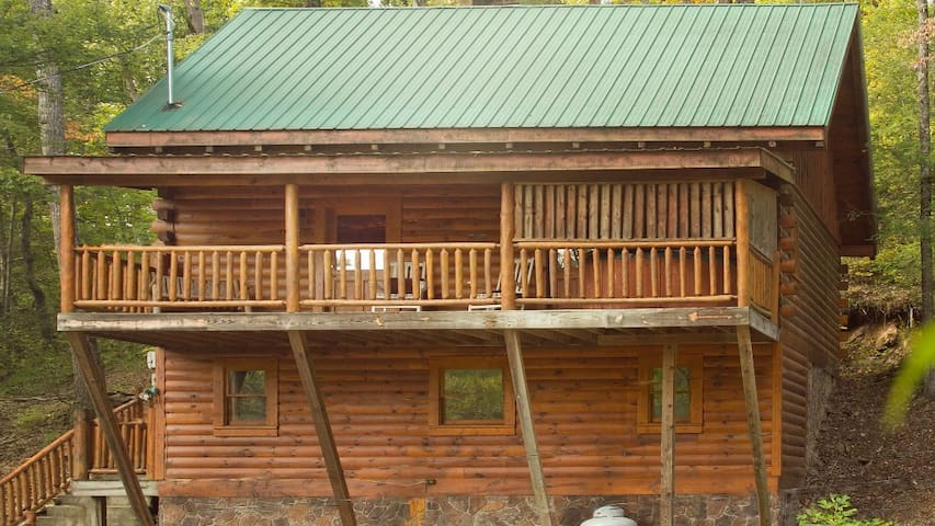 Chocolate Bear Cabin with huge covered balcon