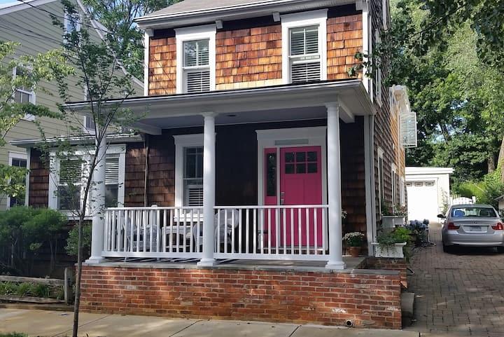 Cozy, Comfy & Convenient house in Eastport awaits!