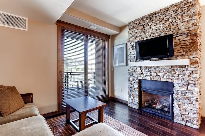 Upscale & superb studio w/gas fireplace, washer/dryer, & shared pool & hot tubs
