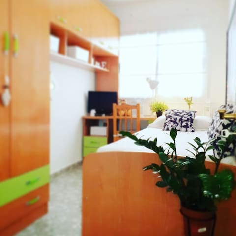 Habitacion individual también con tv independiente .. con amplios armarios y muy luminoso..