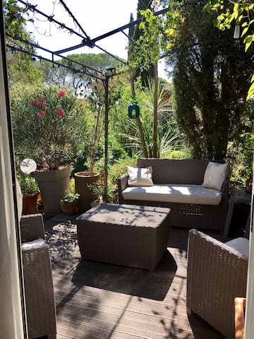 Confortable studio, terrasse et jardin, parking.