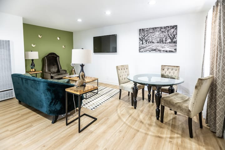 STYLISH 2 BEDROOM APARTMENT IN HEART OF HOLLYWOOD