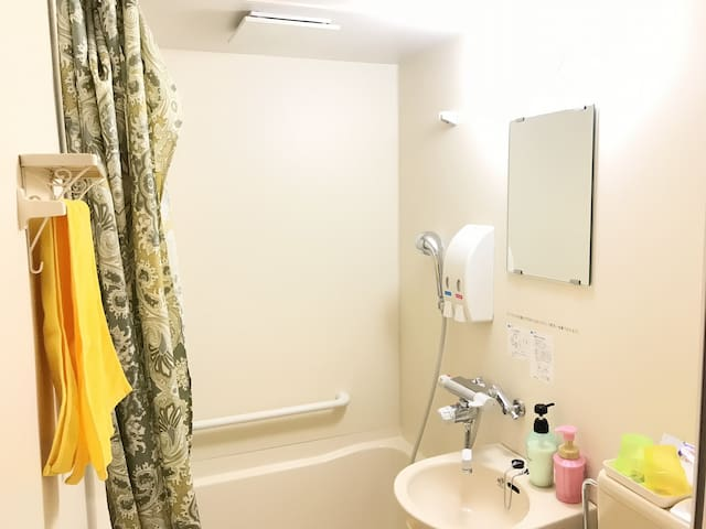 The private bathroom comes with free toiletries, a bathtub and shower facilities.
