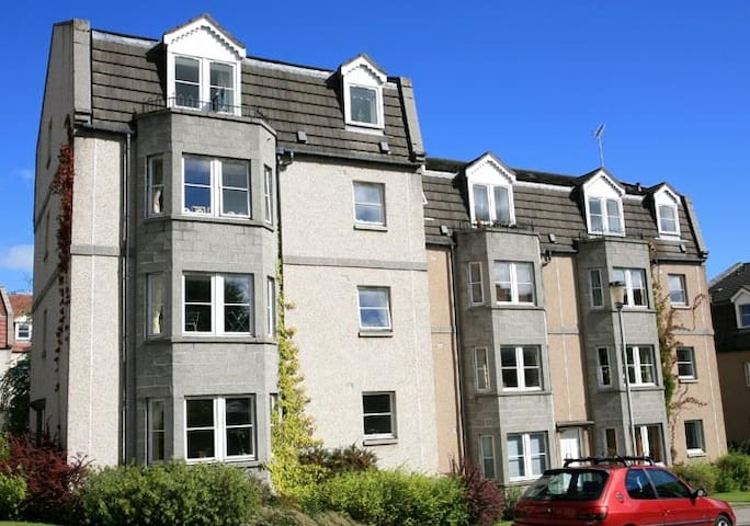 Very Central 2 bedroom flat with own parking space