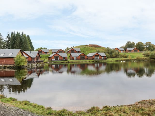 BURNSIDE LODGE, pet friendly, with a garden in Aberfeldy, Ref 991340