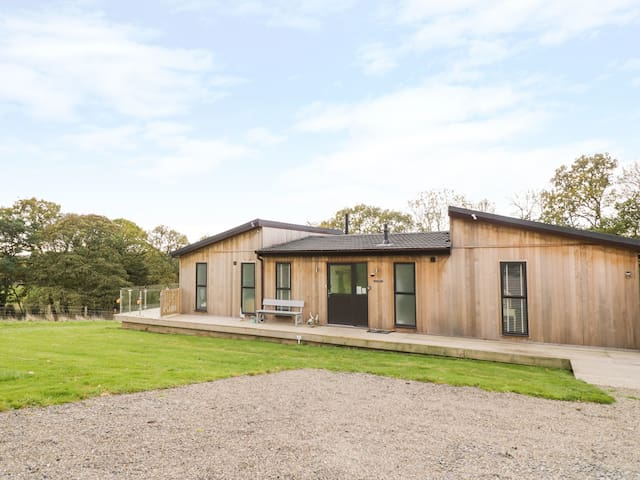 NUMBER 10 LIME LODGE, family friendly in Billingsley, Ref 942864