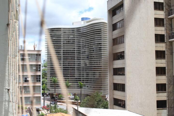 Vista da sala! Apartamento pertinho da Praça da Liberdade! Esse é o famoso prédio do Niemeyer que fica em frente a praça!