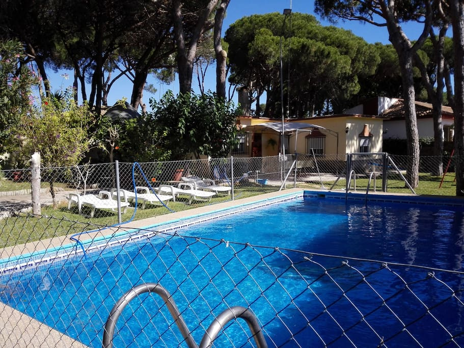 Chalet en chiclana con piscina chalets for rent in for Piscinas chiclana