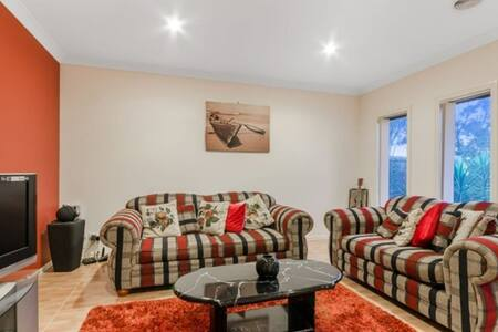 Entire 4 bed room  cousy house near Ballan Road