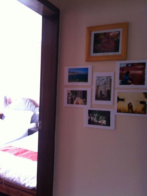 房间外面的照片墙 Photo wall outside of this room