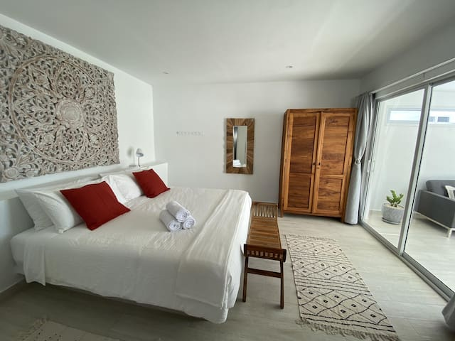 BEDROOM WITH TOP QUALITY KING SIZE BED