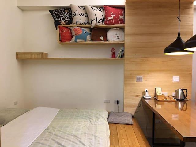 雙人床是10公分厚乳膠床墊,180*210 cm 視預定情況加床墊