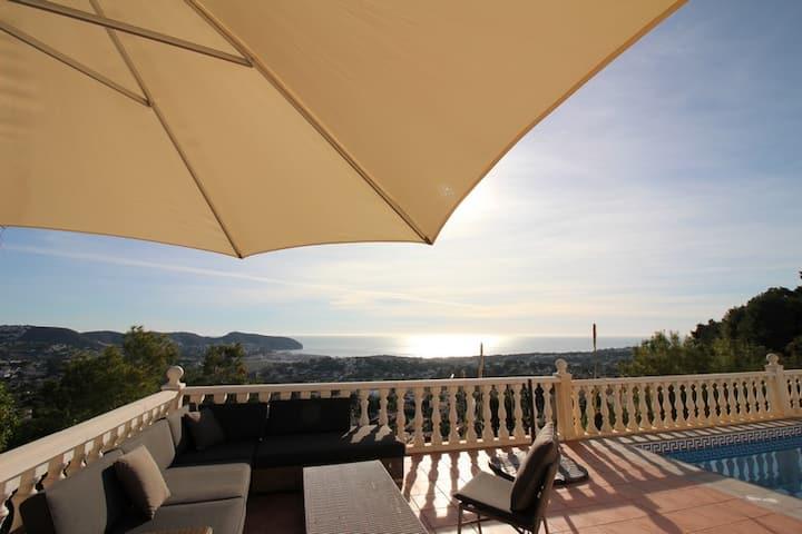 Sun oriented villa with astonishing open seaview