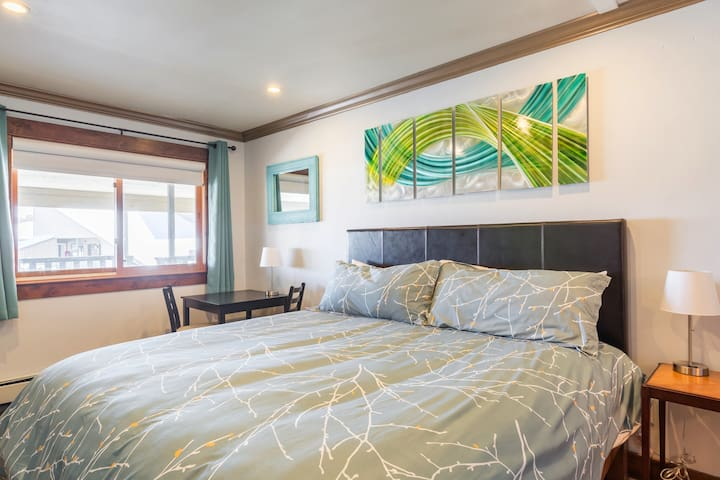 The room is well lit - whether you choose natural light from the window or the recessed ceiling lights.