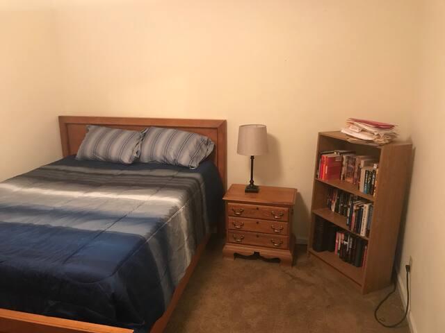 Queen bedroom for travelers. Great location!