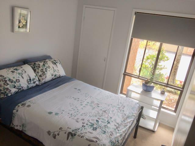 Bright cozy room for rent in beautiful Currumbin.