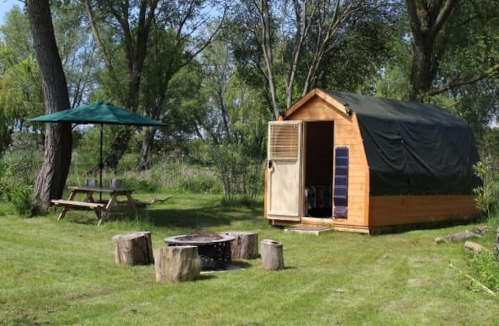 Patsy's lakeside pod - optional fishing, Suffolk