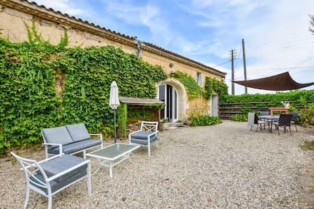Stone house in a vineyard, with swimming pool, near Bordeaux