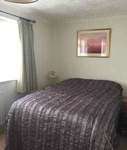 Bright double bedroom with bathroom/power shower - Wokingham
