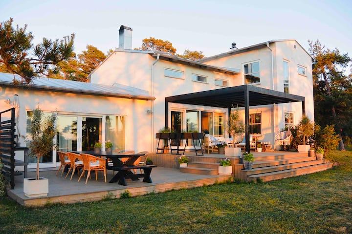 Modern villa med havsutsikt