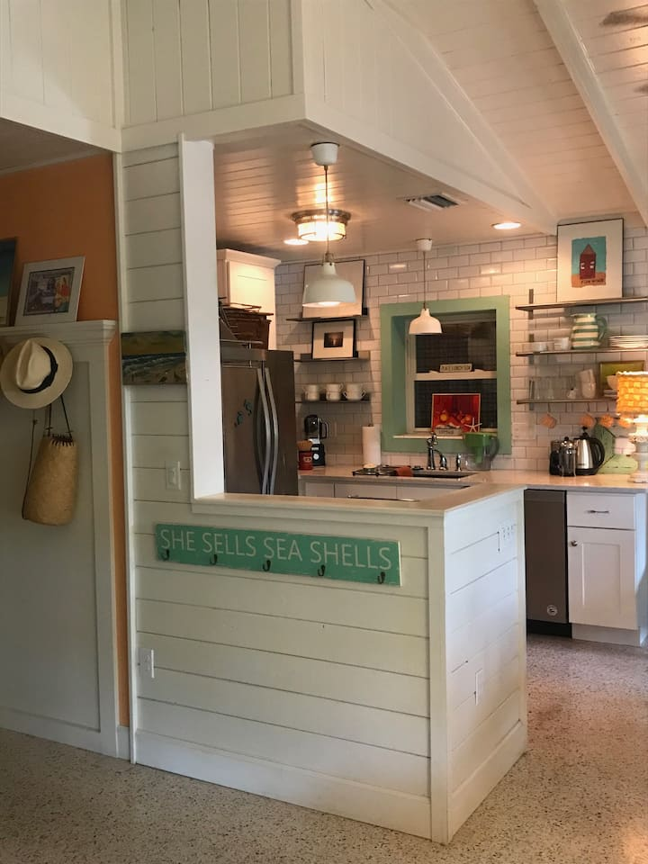 The Barefoot Gypsy-Quaint remodeled beach cottage