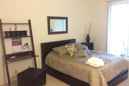 Spacious CONDO Near Convention Cntr - Long Beach
