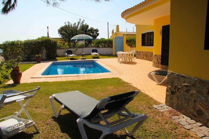 Quinta Vita- Pera- vila  com piscina e jardim
