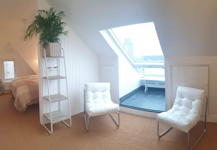 Hastings Town View Loft Private Balcony & Parking