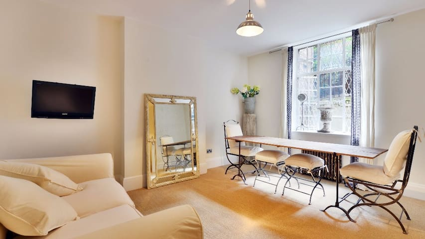Large studio apartment off the Kings Road