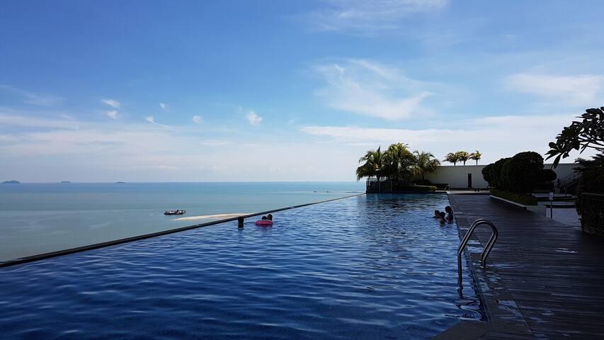 Facing strait of Malacca + Infinity pool无边泳池