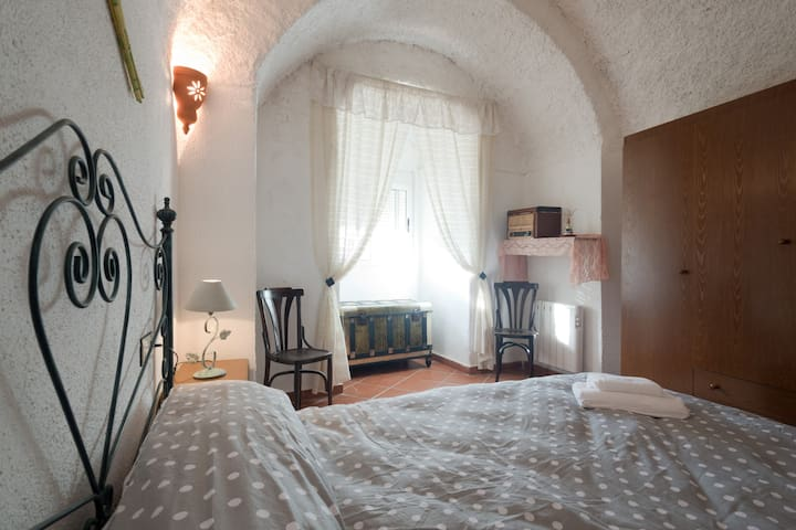 Round Cave. Subterranean style & sweeping views