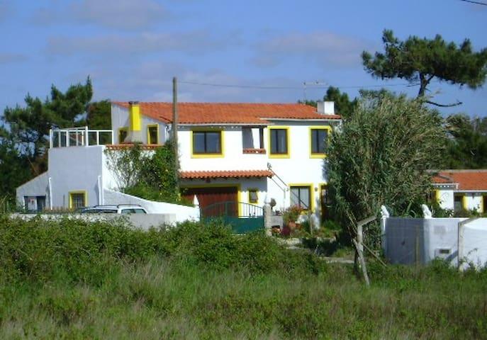 Bovenwoning: omg. Nazaré met vrij terras + bbq! - São Martinho do Porto - Apartment