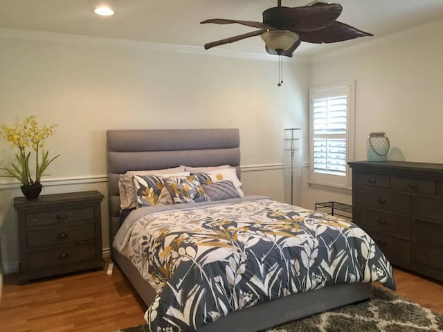 Large Private Room w/LAX, LMU, & Beaches nearby! - Los Angeles - House