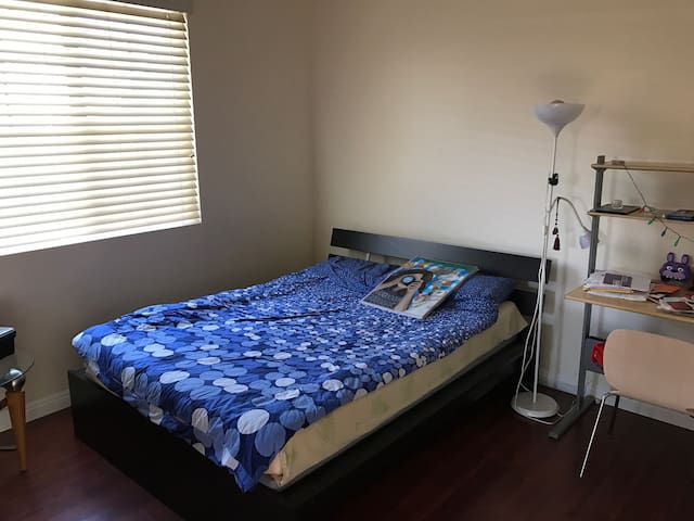 Nice room, cozy queen bed