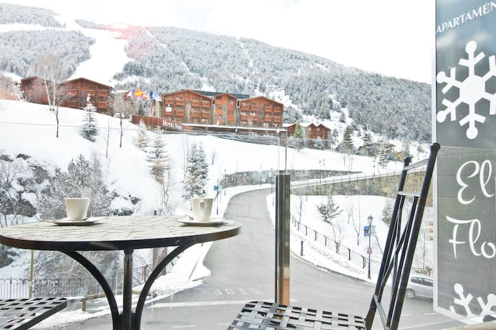 3 Bedroom Apartment next to ski slopes. 7 pax. FLOC 42