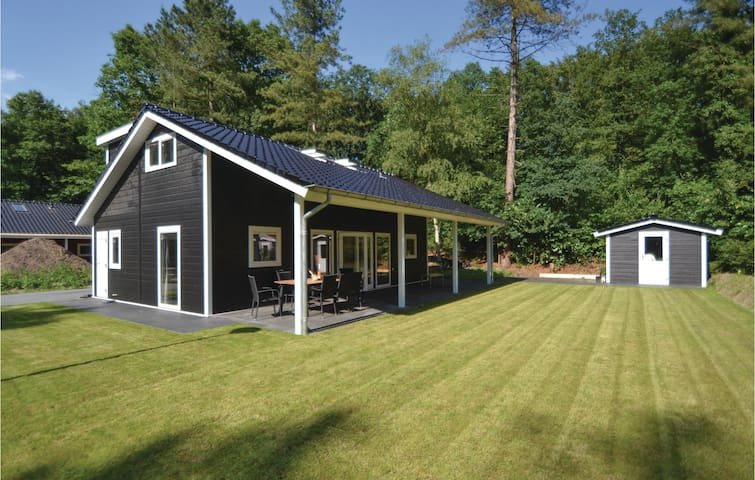 Holiday cottage with 4 bedrooms on 70m² in Rhenen