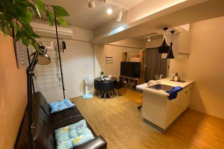 台南轉運站周邊「電梯公寓」渡假屋 (兩房可住4~6人,加人不加價)