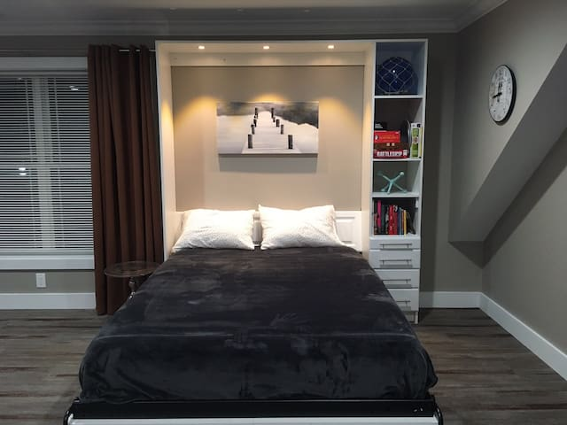 Queen bed, books & games, reading light. The mattress and pillows are exceptionally comfortable. Many requests on the mattress after their stay with us.